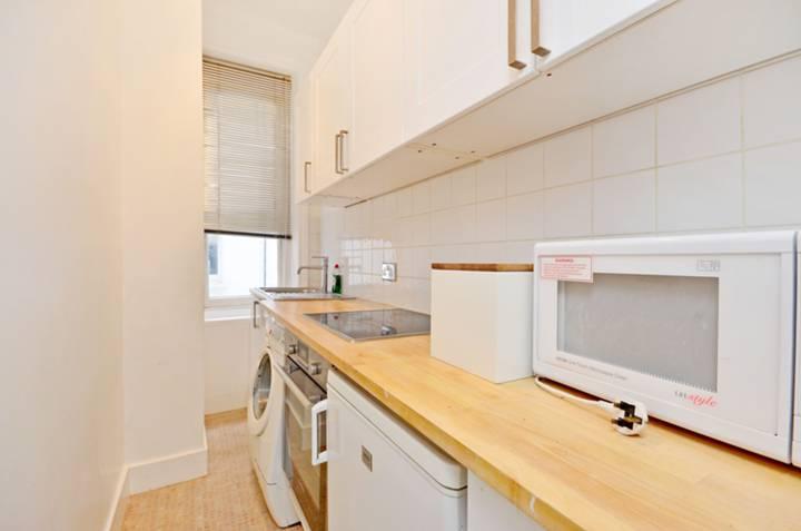 <b>Kitchen</b><span class='dims'> 9'10 x 3'11 (3.00 x 1.19m)</span>
