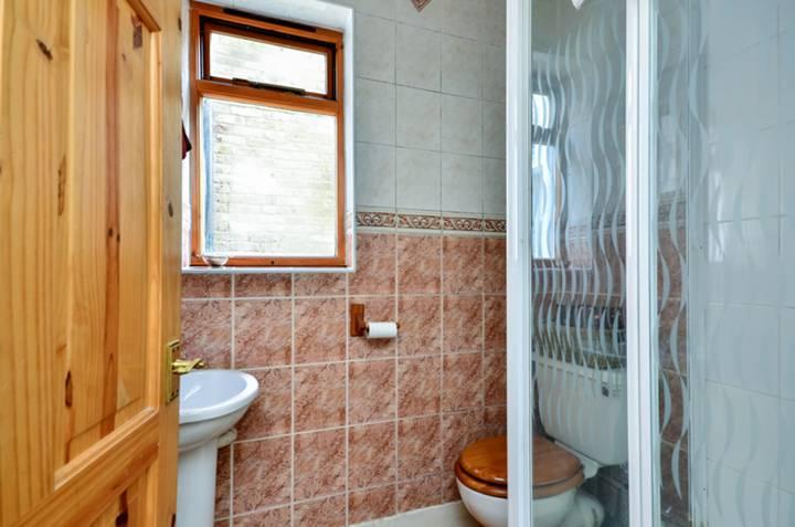 <b>Shower Room</b><span class='dims'> 5'7 x 4'4 (1.70 x 1.32m)</span>
