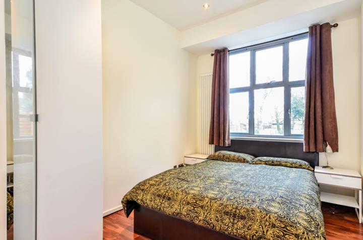 <b>Bedroom</b><span class='dims'> 13'3 x 9' (4.04 x 2.74m)</span>