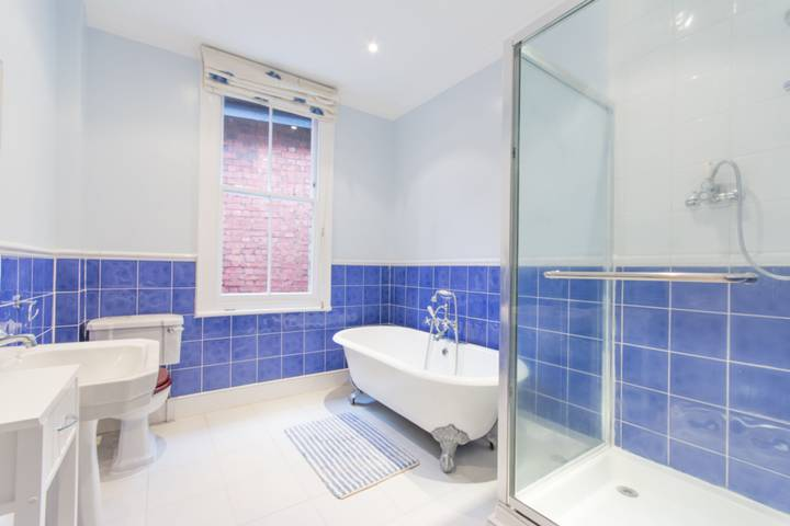 <b>Bathroom</b><span class='dims'> 9'10 x 8'3 (3.00 x 2.51m)</span>
