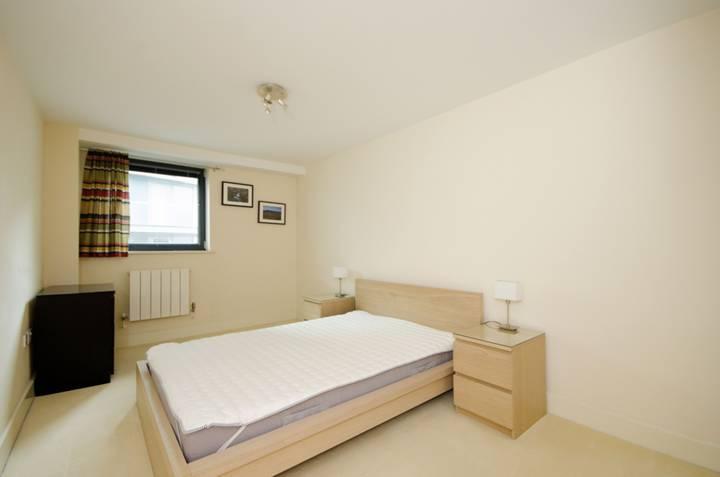 <b>Master Bedroom</b><span class='dims'> 24'6 x 9'2 (7.47 x 2.79m)</span>