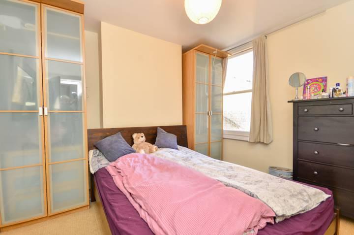 <b>Main Bedroom</b><span class='dims'> 11'4 x 10'1 (3.45 x 3.07m)</span>