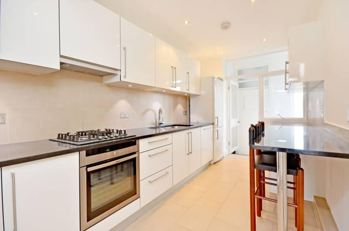 <b>Kitchen</b><span class='dims'> 14'7 x 7'5 (4.44 x 2.26m)</span>