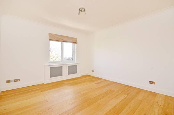 <b>Master Bedroom</b><span class='dims'> 14'11 x 12'6 (4.55 x 3.81m)</span>