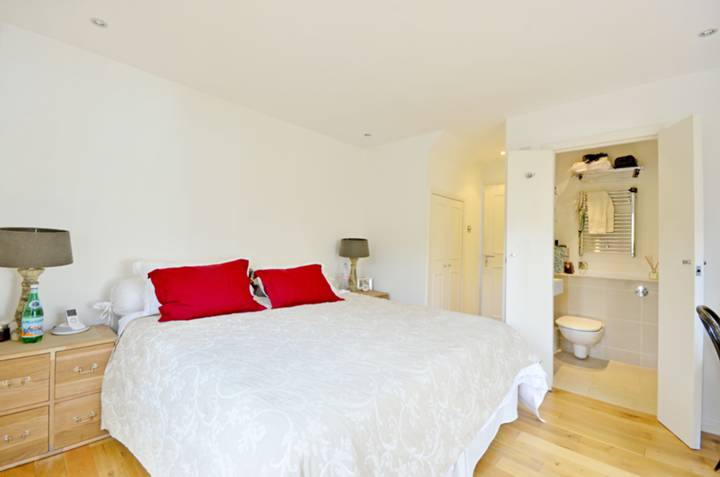 <b>Master Bedroom</b><span class='dims'> 11'11 x 11'11 (3.63 x 3.63m)</span>