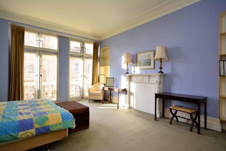<b>Master Bedroom</b><span class='dims'> 19&#39;9 x 16&#39;4 (6.02 x 4.98m)</span>