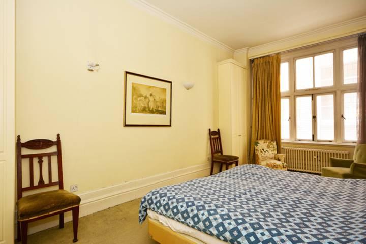 <b>Second Bedroom</b><span class='dims'> 20&#39;4 x 10&#39;5 (6.20 x 3.17m)</span>