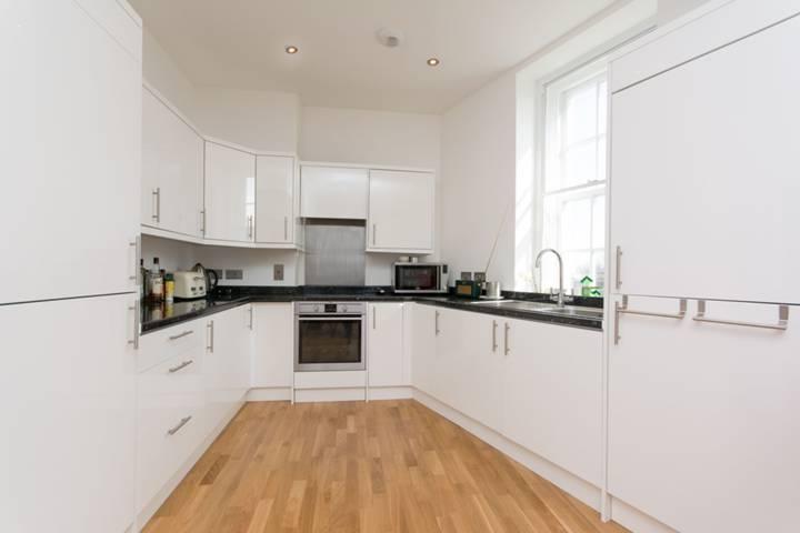 <b>Kitchen</b><span class='dims'> 9'3 x 4'9 (2.82 x 1.45m)</span>