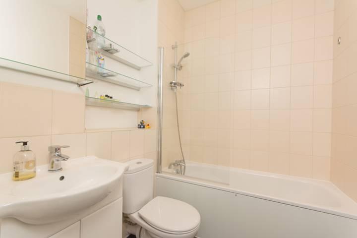 <b>Bathroom</b><span class='dims'> 6'5 x 6'4 (1.96 x 1.93m)</span>