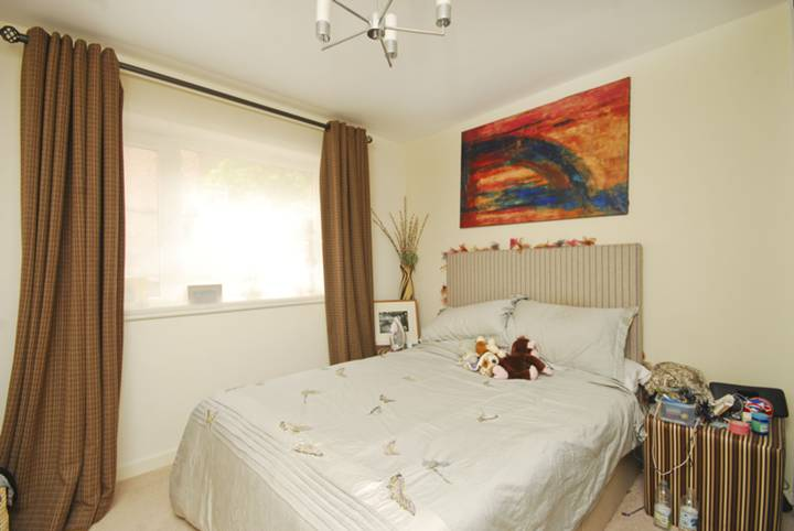 <b>Master Bedroom</b><span class='dims'> 14&#39;6 x 9&#39;10 (4.42 x 3.00m)</span>