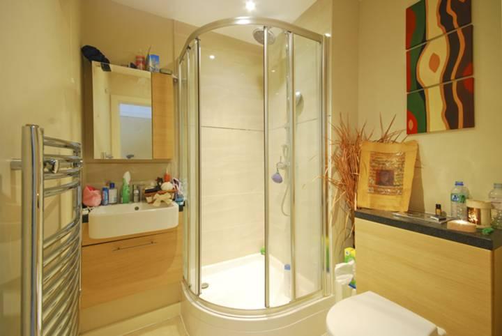 <b>En Suite Shower Room</b><span class='dims'> 6&#39;2 x 5&#39;11 (1.88 x 1.80m)</span>