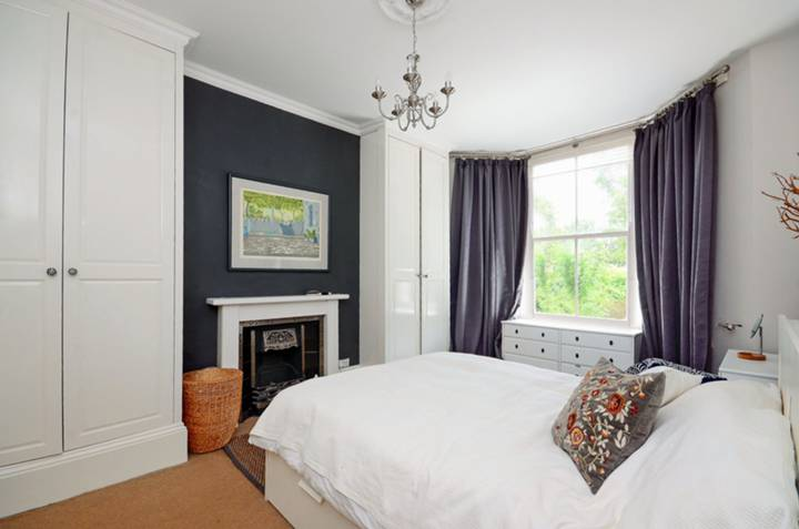 <b>Master Bedroom</b><span class='dims'> 16'4 x 11' (4.98 x 3.35m)</span>