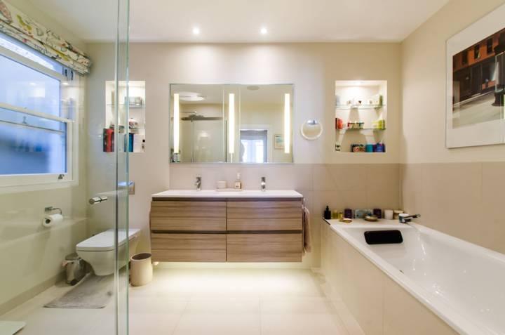 En Suite Bathroom in SW12