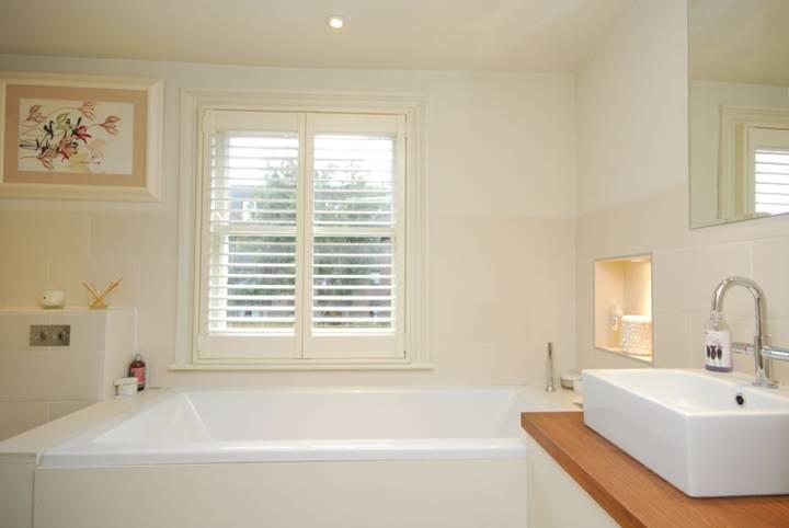 <b>Bathroom</b><span class='dims'> 10' x 9' (3.05 x 2.74m)</span>