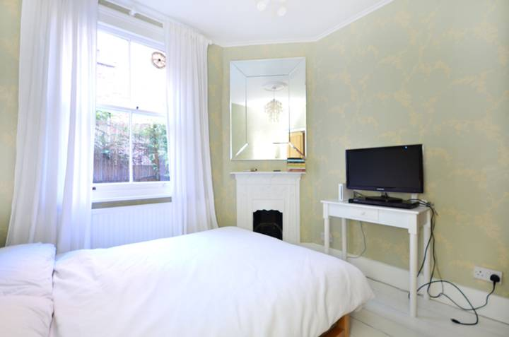 <b>Second Bedroom</b><span class='dims'> 9'9 x 9' (2.97 x 2.74m)</span>
