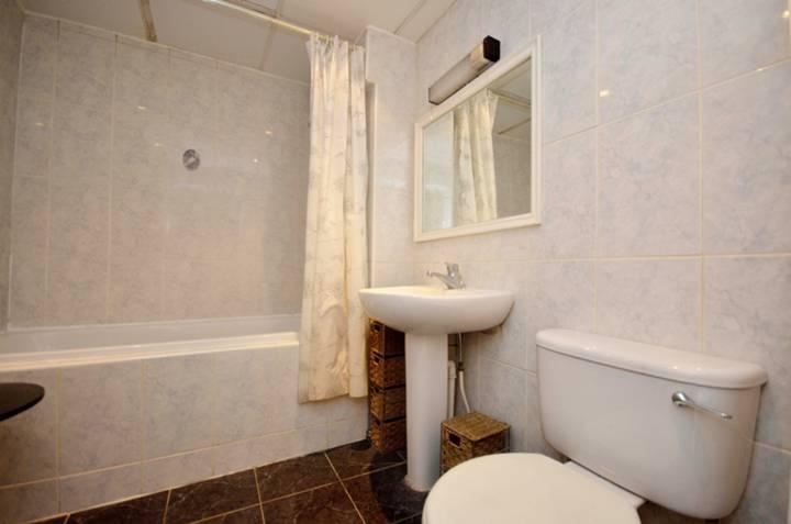 <b>Bathroom</b><span class='dims'> 8'6 x 6'3 (2.59 x 1.91m)</span>