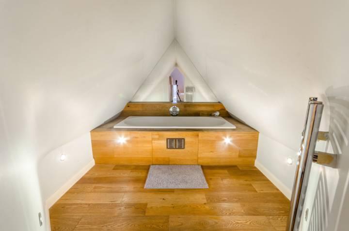 En Suite Bathroom in N2