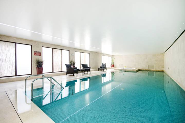 Communal Swimming Pool in N2