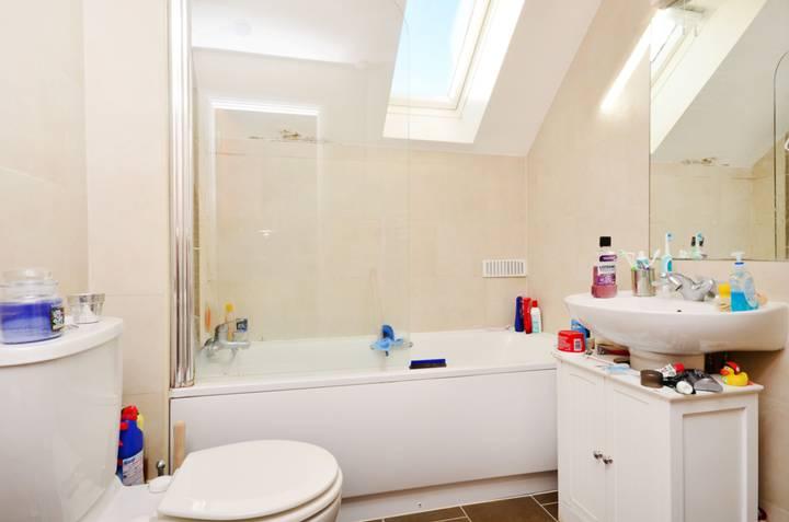 <b>Bathroom</b><span class='dims'> 7' x 6'2 (2.13 x 1.88m)</span>