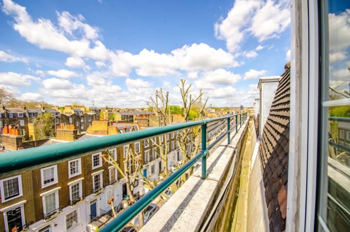 <b>Shared Balcony</b><span class='dims'></span>