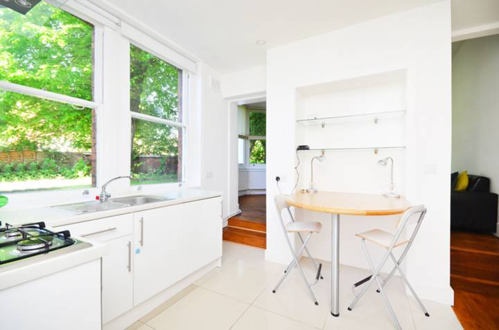 <b>Kitchen</b><span class='dims'> 13'2 x 11'9 (4.01 x 3.58m)</span>