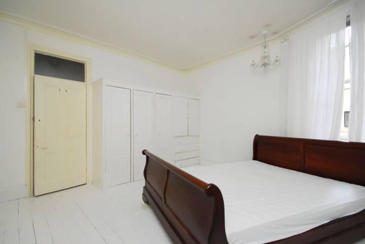 <b>Bedroom</b><span class='dims'> 15' x 13'5 (4.57 x 4.09m)</span>