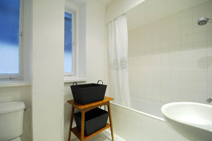 <b>Bathroom</b><span class='dims'> 7'11 x 7'6 (2.41 x 2.29m)</span>