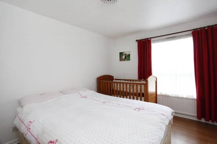 <b>Main Bedroom</b><span class='dims'> 12'6 x 9' (3.81 x 2.74m)</span>