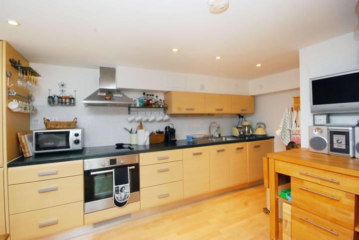 <b>Kitchen/Dining Room</b><span class='dims'> 17'5 x 14'6 (5.31 x 4.42m)</span>