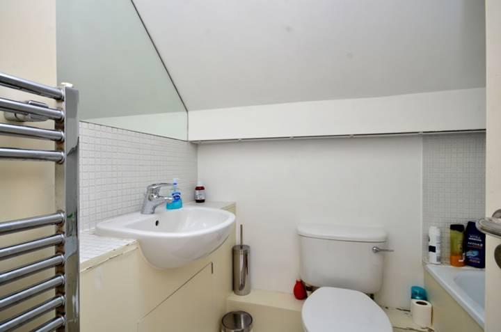 <b>Bathroom</b><span class='dims'> 7' x 5'6 (2.13 x 1.68m)</span>