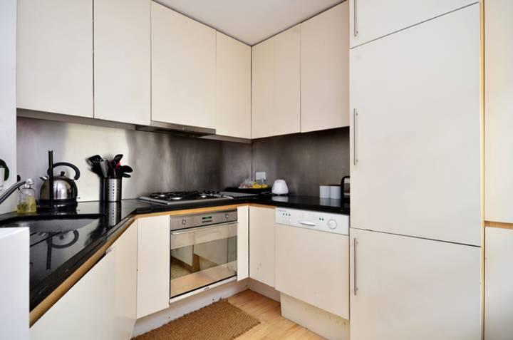 <b>Kitchen</b><span class='dims'> 9' x 8'6 (2.74 x 2.59m)</span>