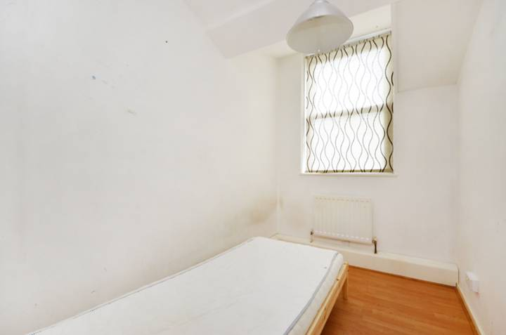 <b>Third Bedroom</b><span class='dims'> 11'2 x 5'11 (3.40 x 1.80m)</span>