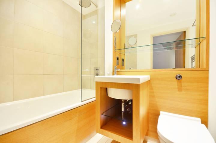 <b>Bathroom</b><span class='dims'> 7'1 x 5'2 (2.16 x 1.57m)</span>