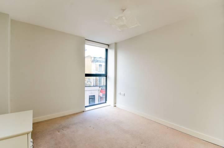 <b>Main Bedroom</b><span class='dims'> 11'5 x 9'3 (3.48 x 2.82m)</span>