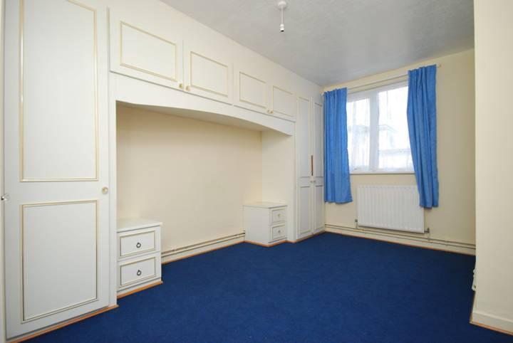 <b>Master Bedroom</b><span class='dims'> 15'1 x 9'2 (4.60 x 2.79m)</span>