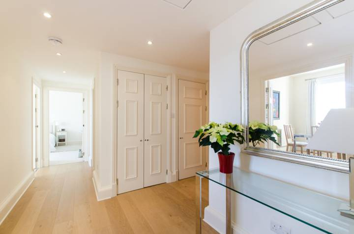 <b>Master Bedroom</b><span class='dims'> 15'1 x 14'5 (4.60 x 4.39m)</span>