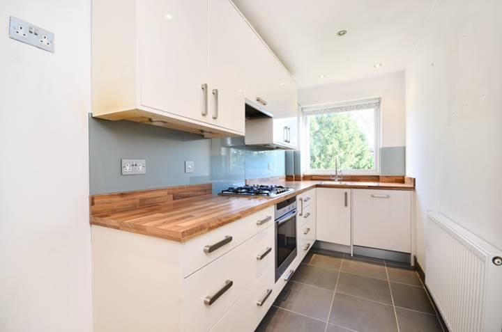 <b>Kitchen</b><span class='dims'> 12&#39;6 x 5&#39;7 (3.81 x 1.70m)</span>