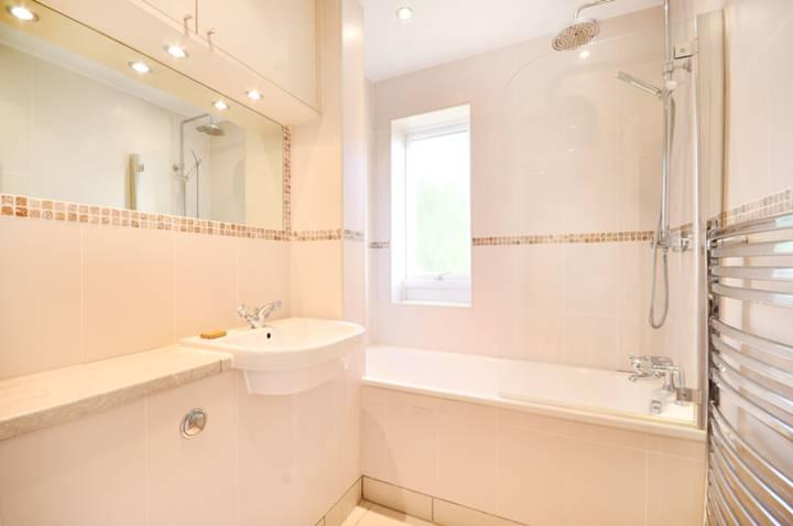 <b>Bathroom</b><span class='dims'> 6&#39;9 x 5&#39;5 (2.06 x 1.65m)</span>