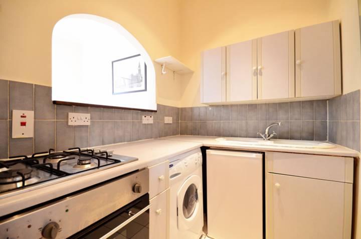 <b>Kitchen</b><span class='dims'> 6'7 x 5'5 (2.01 x 1.65m)</span>
