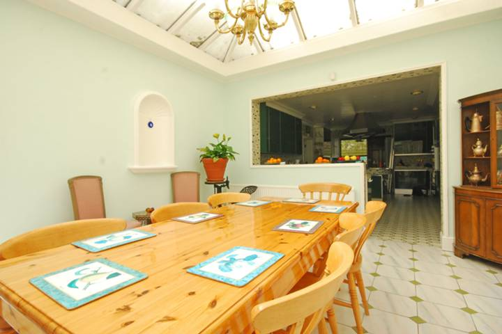 <b>Breakfast Room</b><span class='dims'></span>