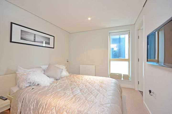 <b>Main Bedroom</b><span class='dims'> 12'1 x 8'8 (3.68 x 2.64m)</span>