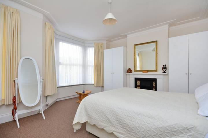 <b>Master Bedroom</b><span class='dims'> 16&#39;3 x 15&#39; (4.95 x 4.57m)</span>