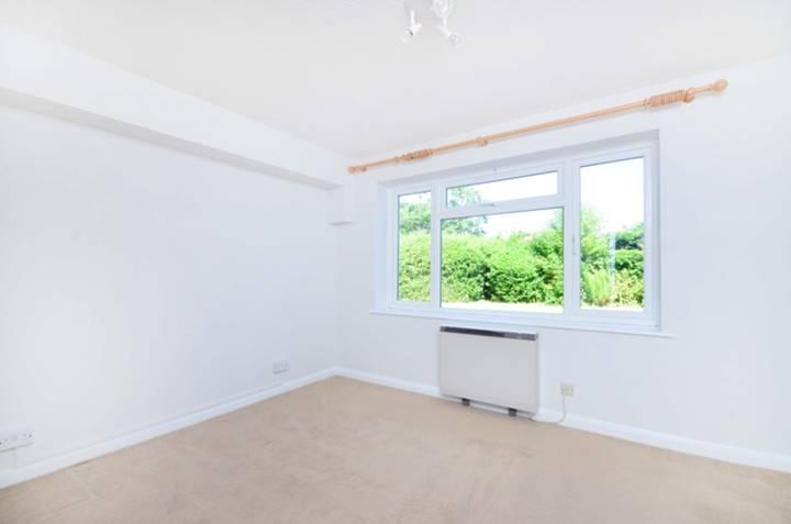 <b>Main Bedroom</b><span class='dims'> 12'5 x 11'8 (3.78 x 3.56m)</span>