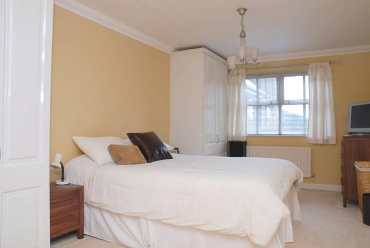 <b>Master Bedroom</b><span class='dims'> 16&#39;6 x 10&#39; (5.03 x 3.05m)</span>