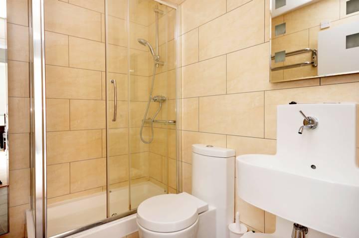 <b>Shower Room</b><span class='dims'> 7&#39;5 x 5&#39;6 (2.26 x 1.68m)</span>