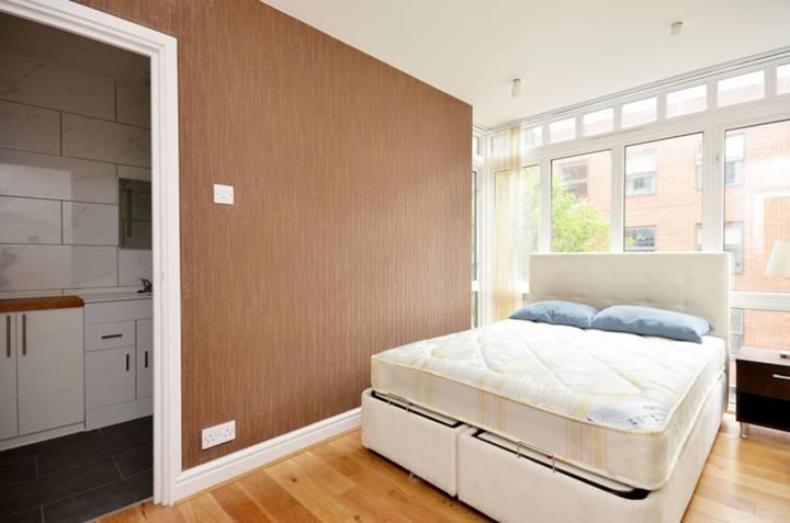 <b>Master Bedroom</b><span class='dims'> 13 x 9 (3.96 x 2.74m)</span>