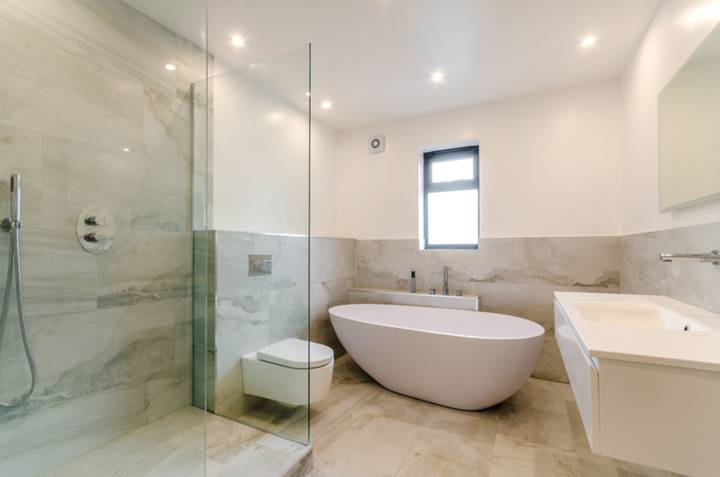 <b>First En Suite Bathroom</b><span class='dims'></span>