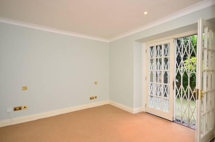 <b>Master Bedroom</b><span class='dims'> 13'9 x 11'3 (4.19 x 3.43m)</span>