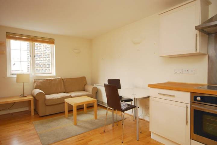 <b>Reception Room/Kitchen</b><span class='dims'> 18' x 11'9 (5.49 x 3.58m)</span>