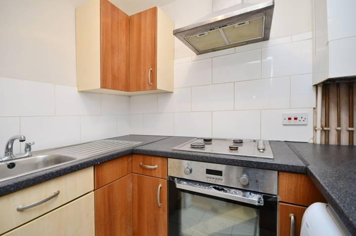 <b>Kitchen</b><span class='dims'> 7'2 x 4'7 (2.18 x 1.40m)</span>